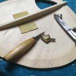 Bouzouki archtop cerisier - fabrication - ajustage des barrages sur la table